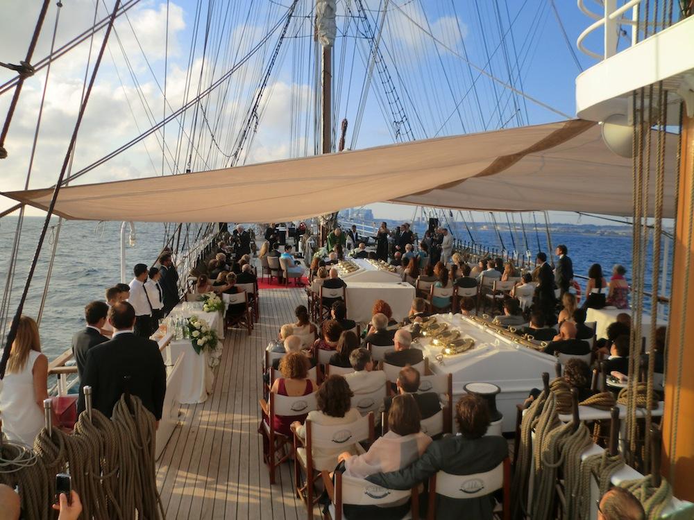 Matrimonio In Barca : Ricevimento del matrimonio in veliero mare online